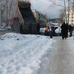 Североуральск. Асфальтоукладчики нервничают, когда видят, что их фотографируют. И обещают ударить лопатой...