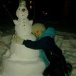 Девочка из Североуральска слепила снеговика, чтобы порадовать себя и прохожих