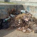 В Североуральске люди жалуются на гору мусора во дворе дома на улице Маяковского