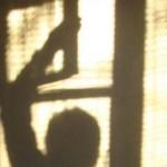 Житель Ивделя украл деньги, проникнув в дом через окно