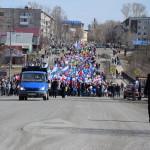 Большая первомайская колонна разноцветным потоком движется по улице Ленина