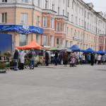 На площади Мира работает ярмарка, продают все - от сладостей до предметов быта (фотофакт)