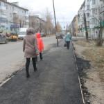 В поселке Черемухово заасфальтировали тротуар. Народ доволен, но есть и претензии (фото, видео)