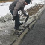 Асфальт в Ивделе кладут прямо на лед. Горожане возмущены (видео)