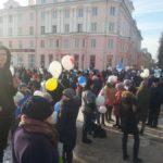 Сотни североуральцев пришли почтить память погибших в Кемерово запуском воздушных шаров