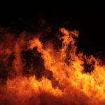 Между Ивделем и Пелымом горел автомобиль. Водитель получил ожоги
