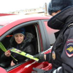 Сотрудники ГИБДД дарили цветы всем автоледи