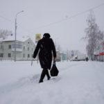 Североуральск в снегу: ГИБДД отменяет перевозку детей, коммунальщики чистят дороги, чиновники проводят совещания