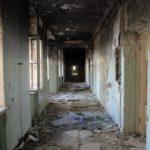 Выбитые окна, следы пожаров и туалет в подвале: фотографии заброшенной больницы