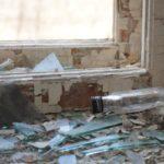 """Бутылки из под алкоголя в бывшей больнице встречаются чаще, чем признаки минздрава. Фото: Константин Бобылев, """"В каждый дом""""."""