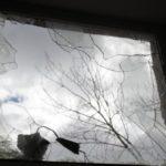 """Разбиты даже стеклопакеты. Фото: Константин Бобылев, """"В каждый дом""""."""