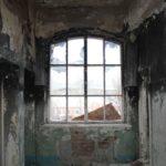 """От рук вандалов пострадали все окна. Фото: Константин Бобылев, """"В каждый дом""""."""