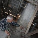 Коммунальные войны. Пенсионер пытается добиться от управляющей компании ремонта дома, а УК говорит, что и так все делает