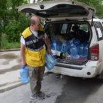 ТЕМА ДНЯ: волонтер из Екатеринбурга развез по адресам почти тонну питьевой воды. Каждому нуждающемуся - по 20 литров