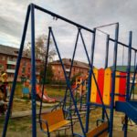 Новая детская площадка на улице Ленина, 42 уже нуждается в ремонте. Но есть и другая проблема